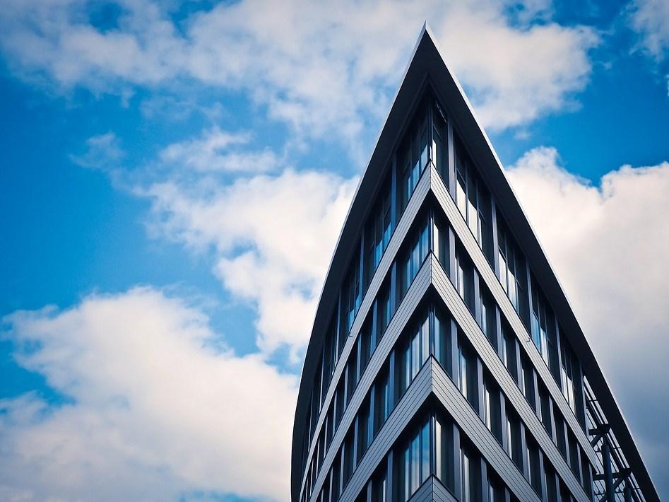 Arquitectura totalmente minimalista de un rascacielos