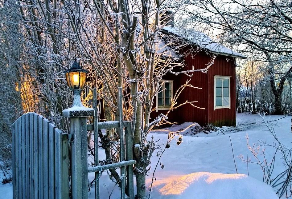 Espíritu de la navidad con casa cubierta de nieve