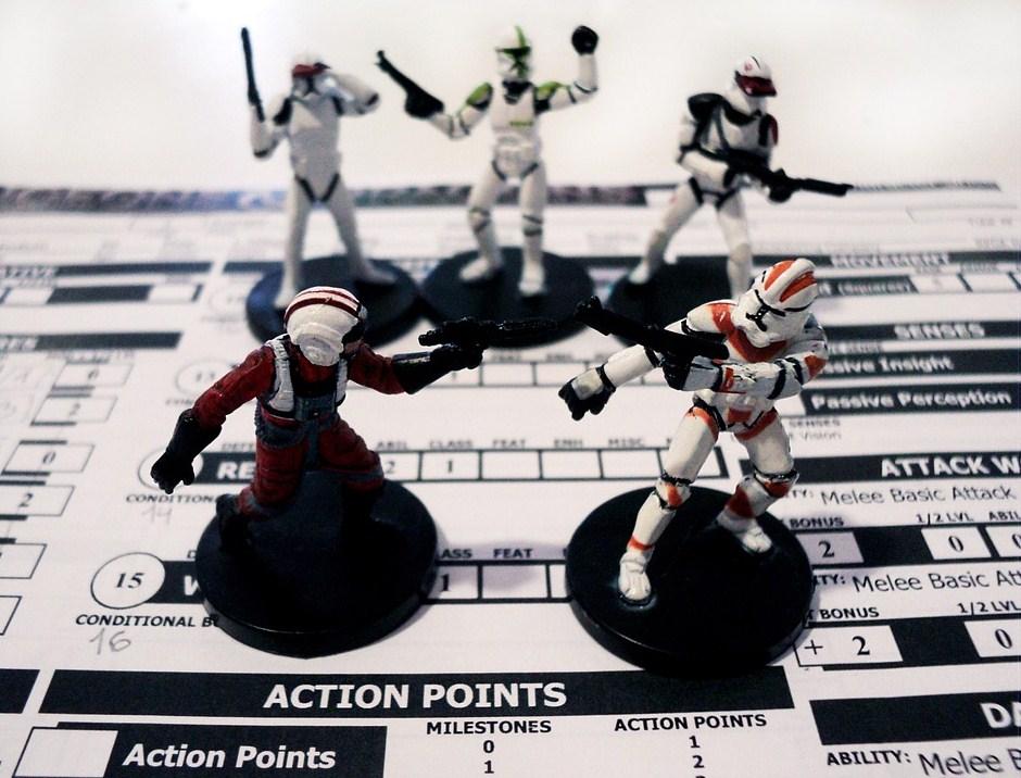 Muñecos en miniatura peleando