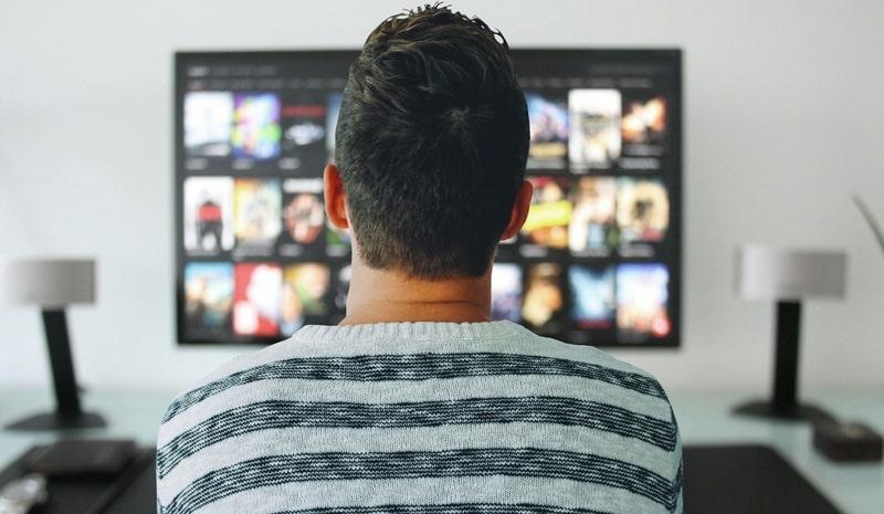 Hombre viendo películas online