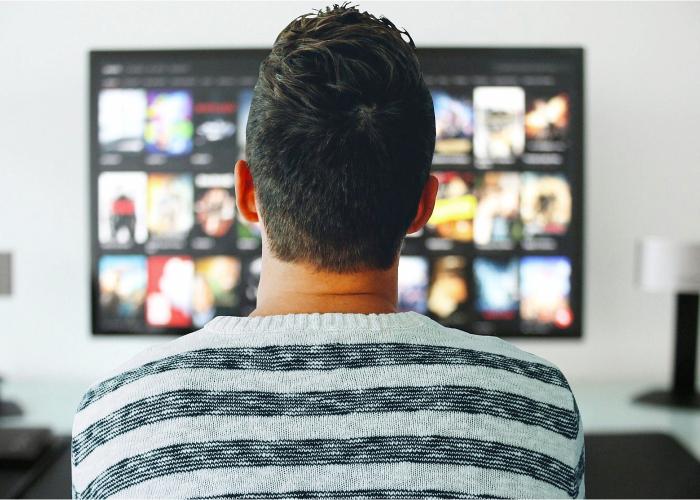 Persona viendo el catálogo de Netflix